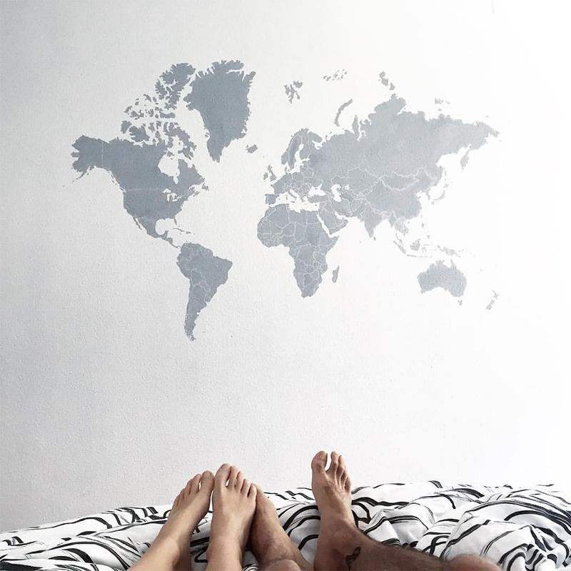 mural pintado a mano en pared de habitación con el mapamundi