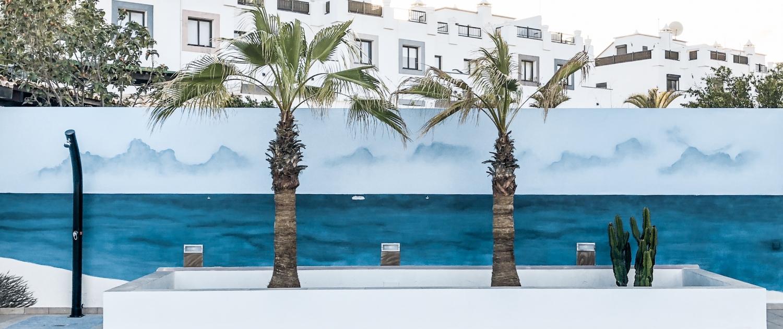 Mural pintado en pared de patio exterior