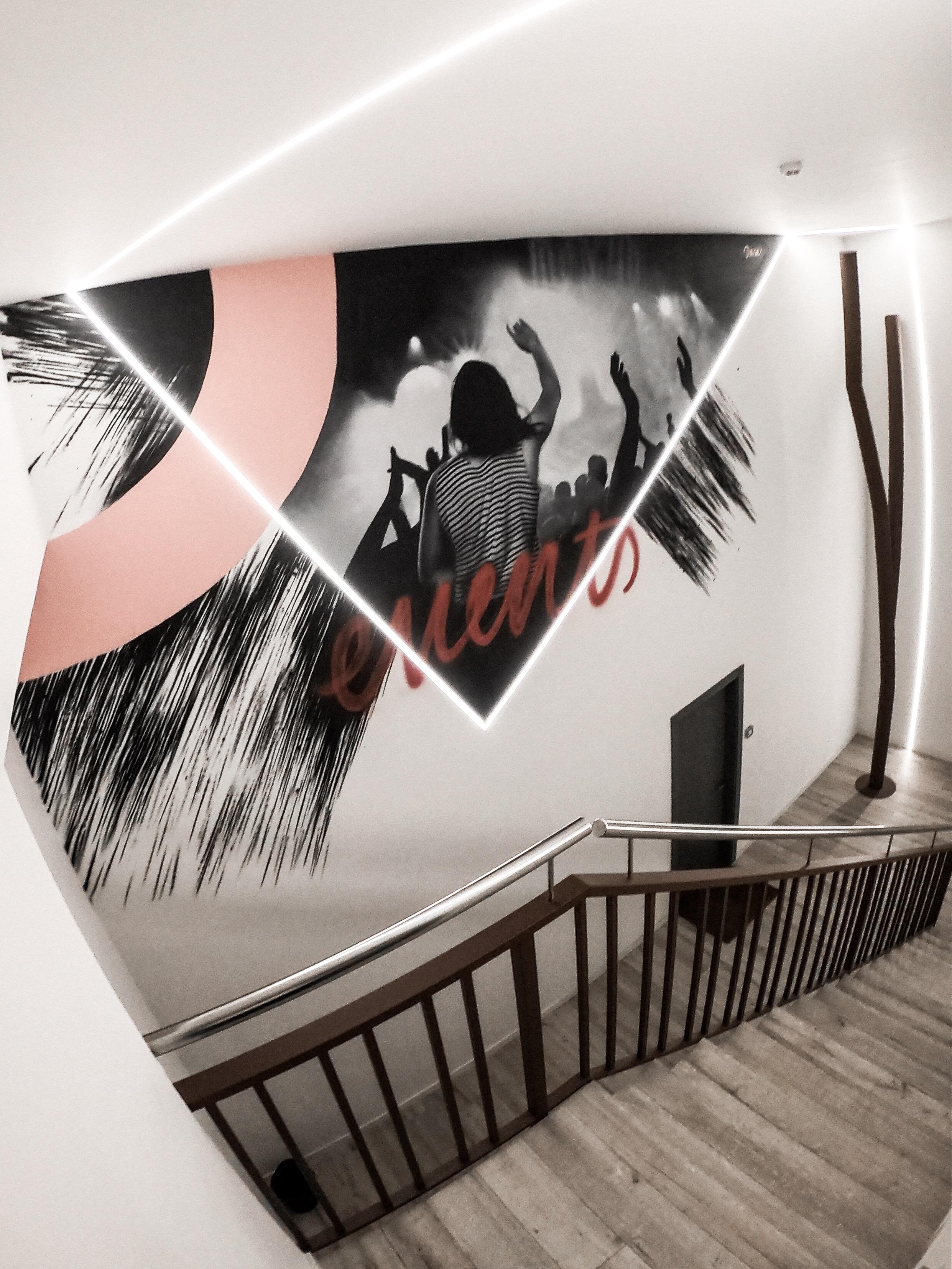 Mural pintado en las paredes interiores de las oficinas de Events