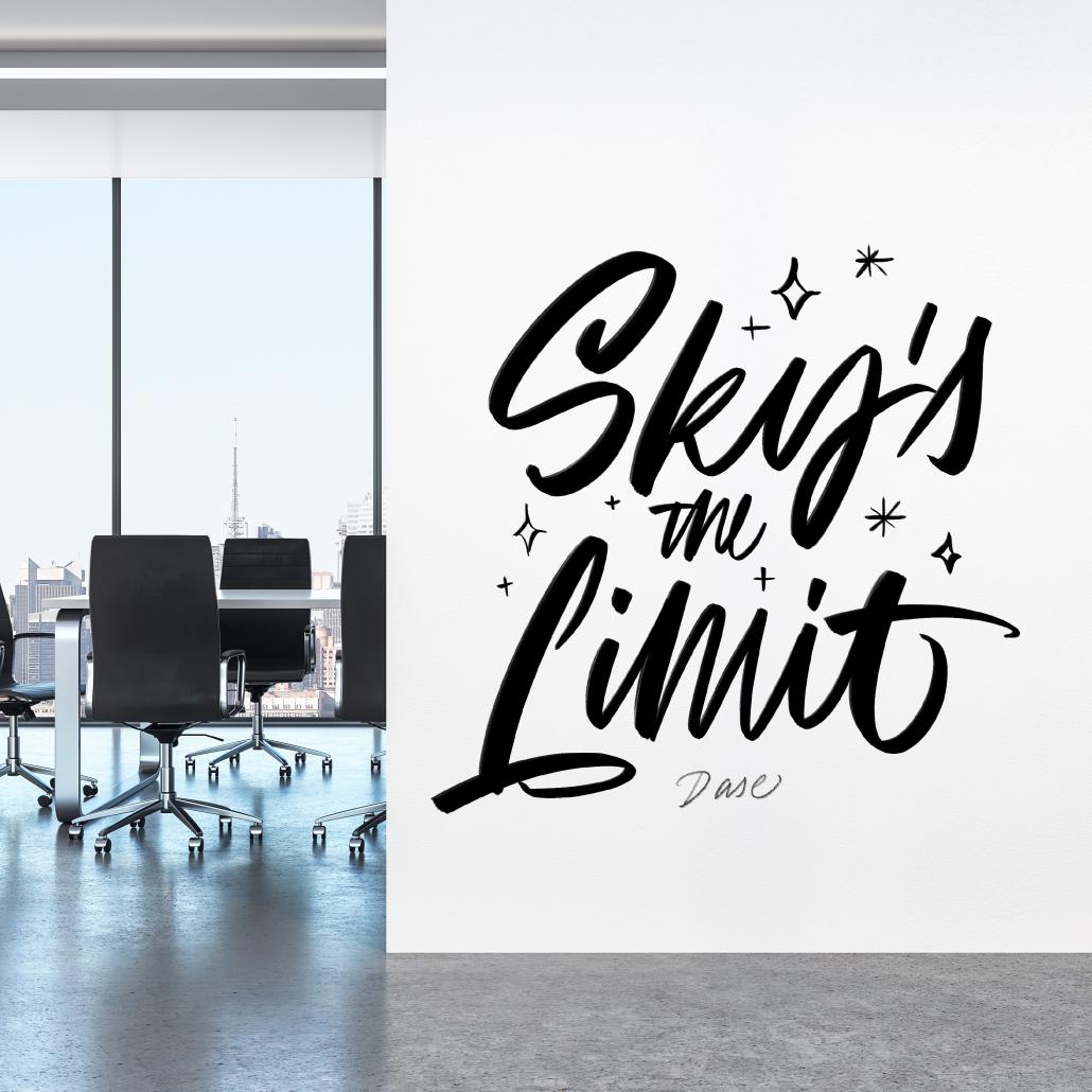 Mural estilo graffiti de letras con lettering pintado a mano en la pared de la oficina de una empresa.